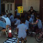 Niños de escuelas y jardines en exposición sobre seguridad vial