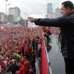 Chávez cerró su campaña ante una multitud y bajo la lluvia