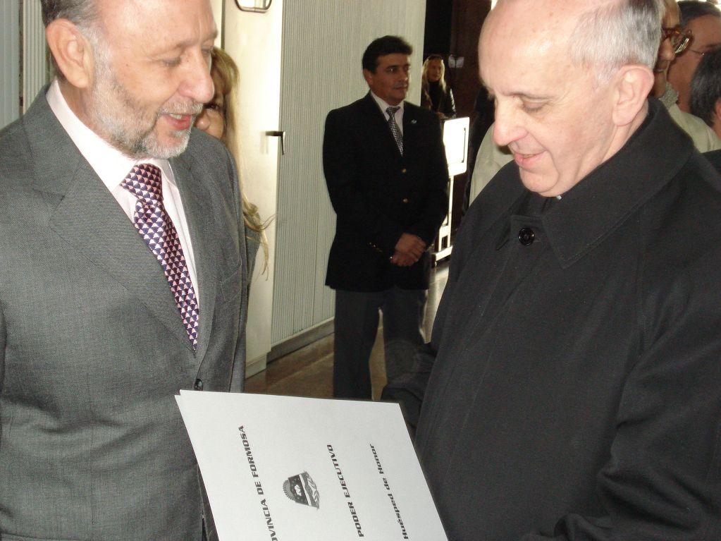 """El Gobernador entrega al entonces Cardenal Bergoglio el Decreto de """"Huésped de Honor""""."""
