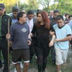 La Presidenta recorrió zonas inundadas en La Plata, se reunió con Scioli y decretó tres días de duelo nacional
